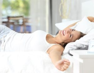 אישה שוכבת על מזרון